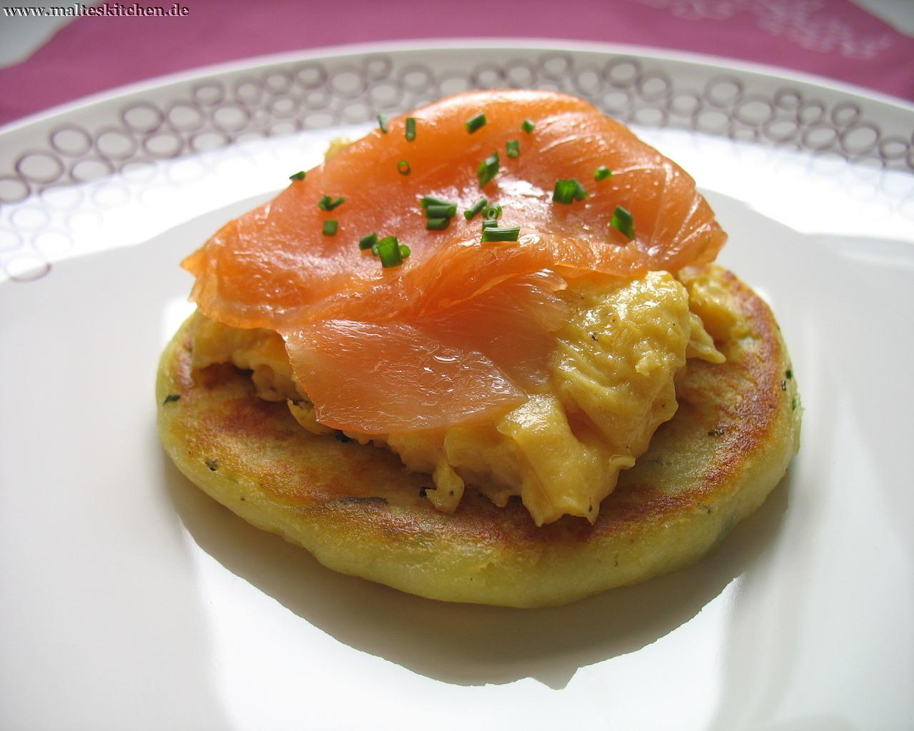 Die leckeren Glasgower Kartoffel-Scones mit Rührei und Räucherlachs