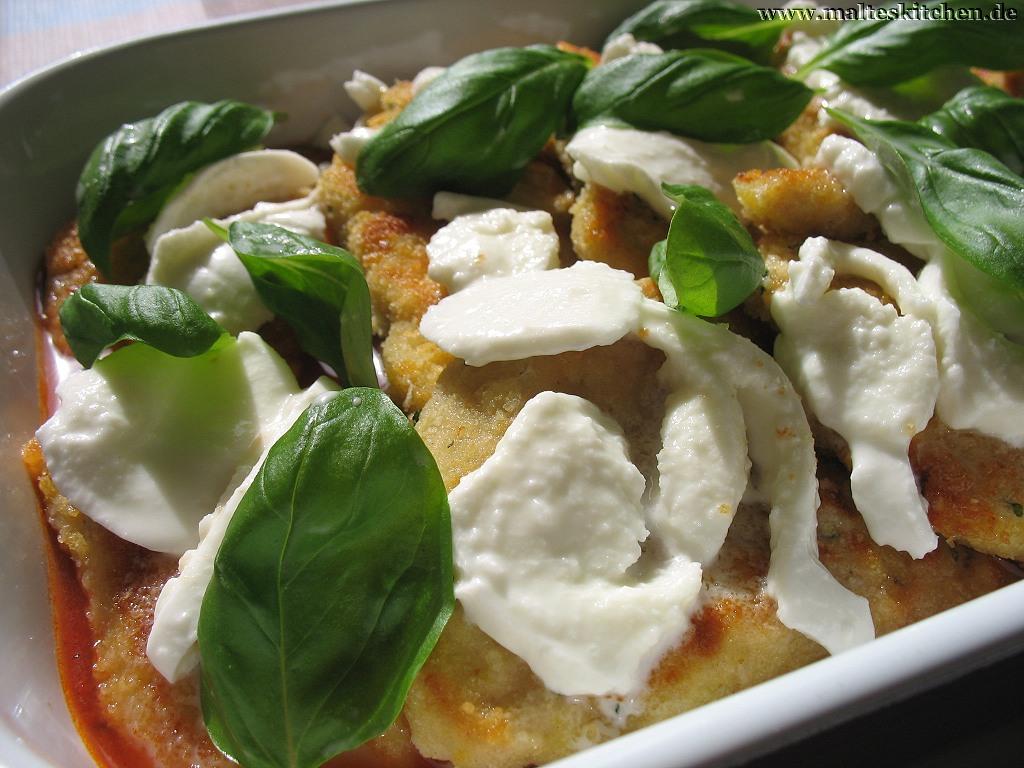 Die Schnitzel werden mit Mozzarella und Basilikum belegt