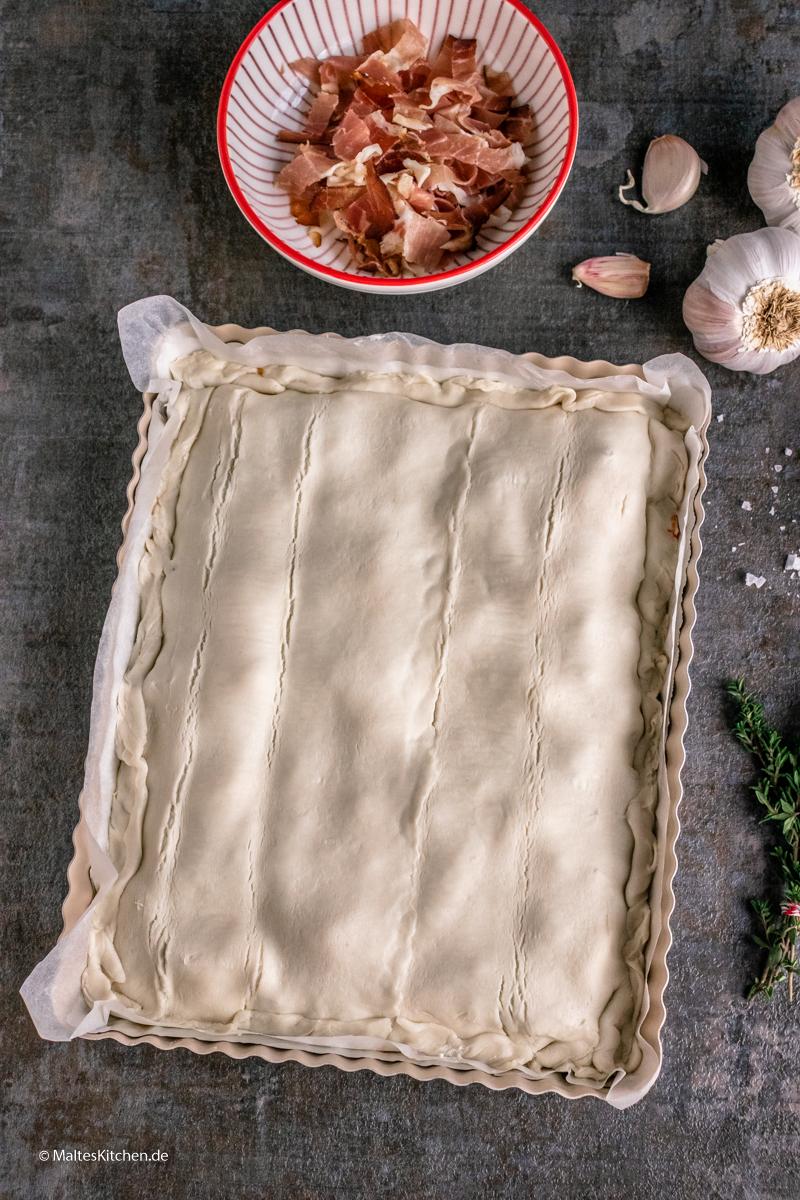 Die Tarte bekommt einen Deckel aus Blätterteig
