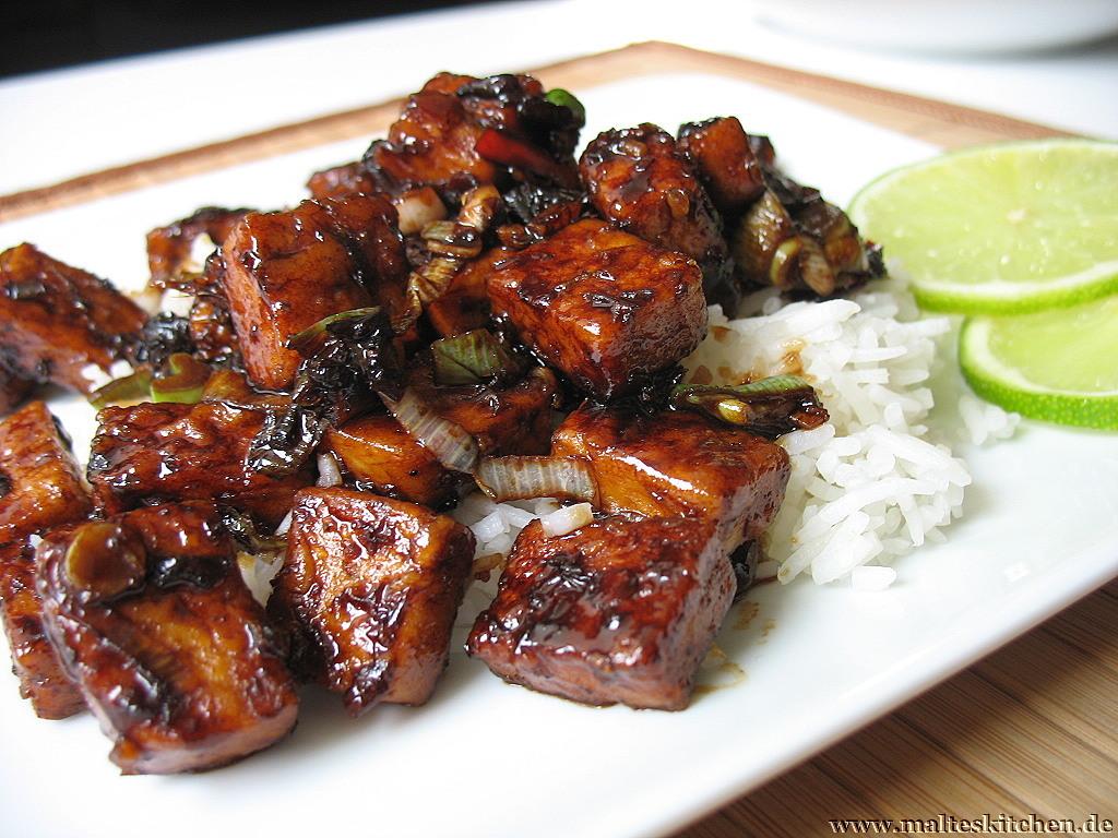 Das fertige Gericht - würziger Tofu mit Gebirgsreis