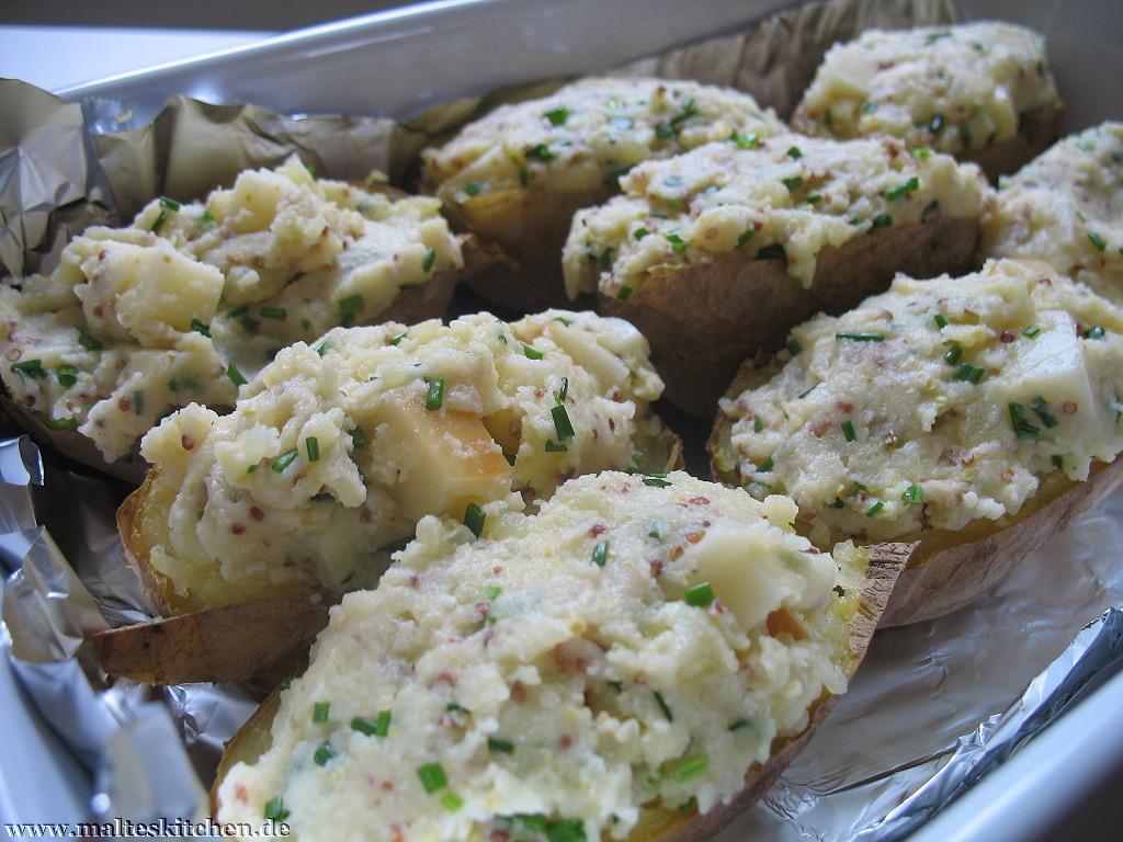 Die fertig gewürzte Kartoffelmasse kommt wieder zurück in die Kartoffelhälften und wird überbacken.