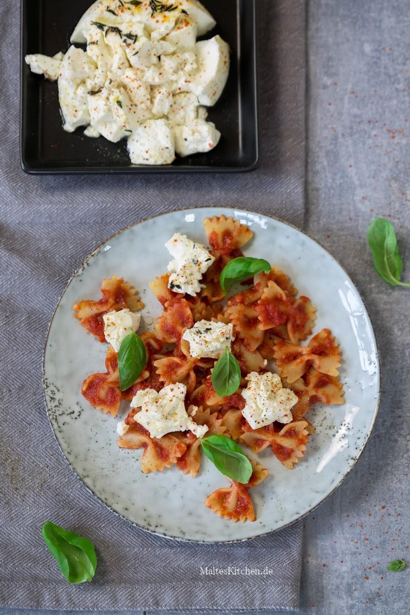 Farfalle mit süßer Tomatensauce und Ricotta