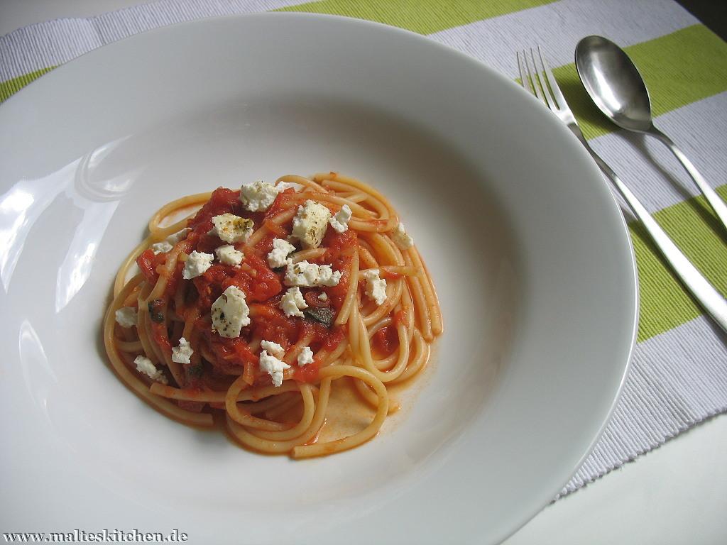 Die fertige Pasta mit süßer Tomatensauce und gebackenem Ricotta