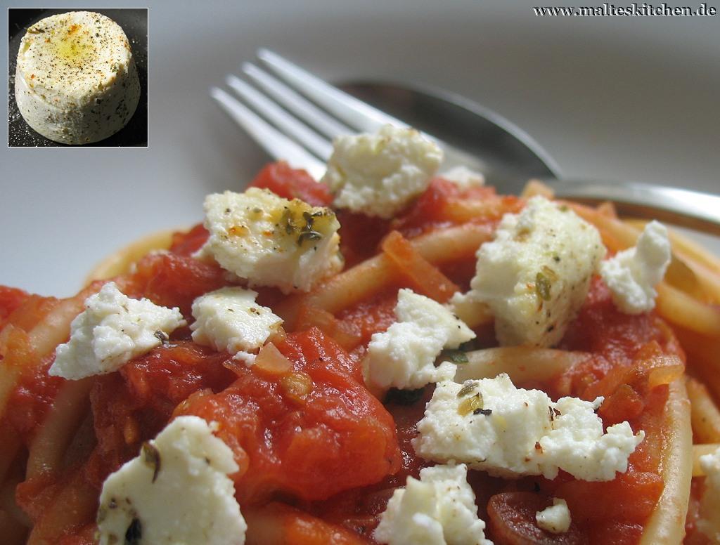 Süße Tomatensauce und gebackener Ricotta machen dieses Gericht aus