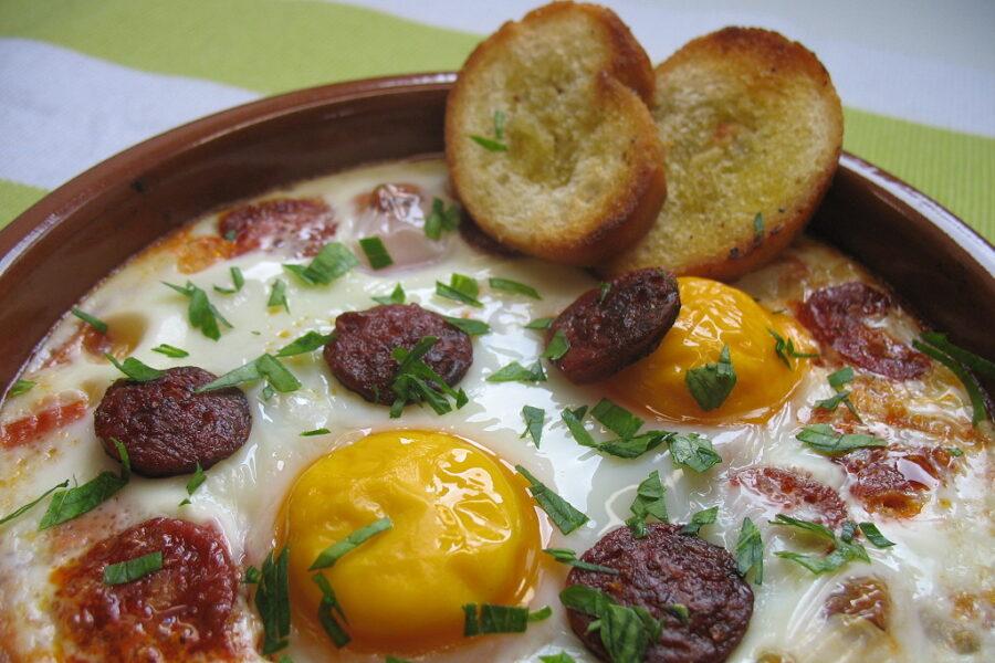 Gebackenen Eier mit Chorizo
