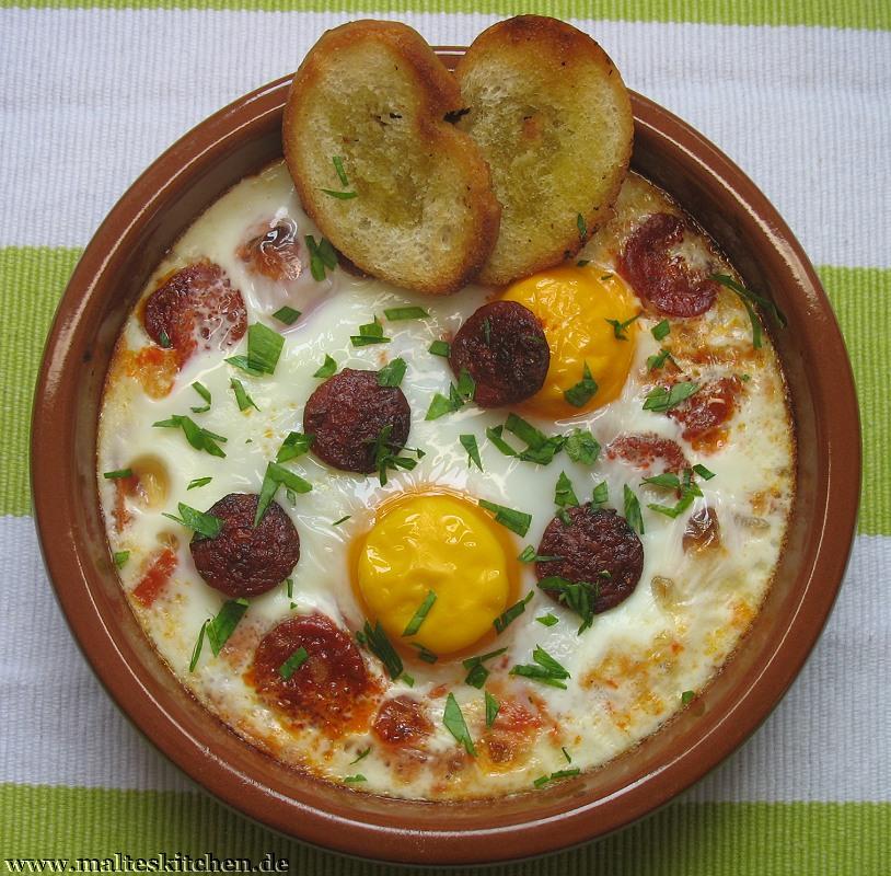 Gebackene Eier mit Tomate und Chorizo