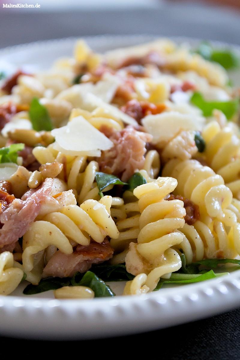 Nudelsalat italienisch mit Rucola, Tomaten und Mozzarella