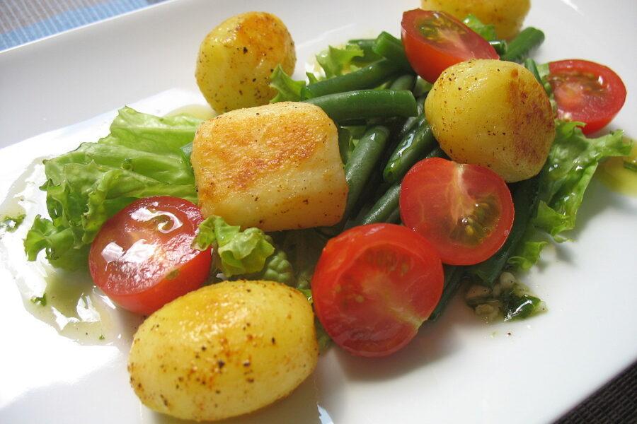 Ein Kartoffel-Bohnen-Salat mit einer Kombination aus warm und kalt.