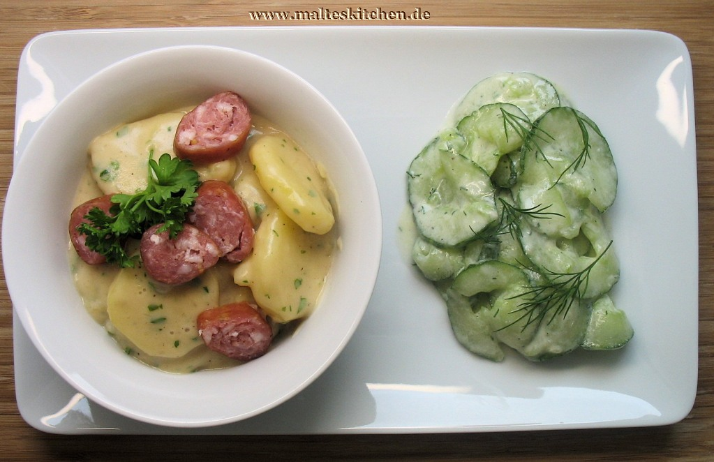 Saures Kartoffelgemüse mit Mettwürstchen und einem Gurkensalat