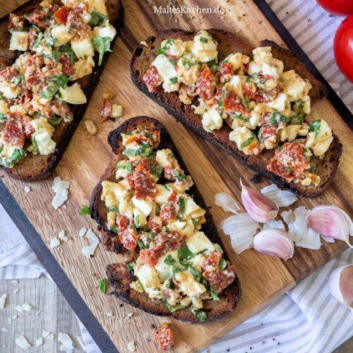 Leckere Bruschatte mit Büffelmozzarella und eingelegte getrocknete Tomaten