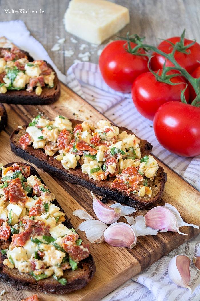 Bruschatte mit getrockneten Tomaten und Büffel-Mozzarella