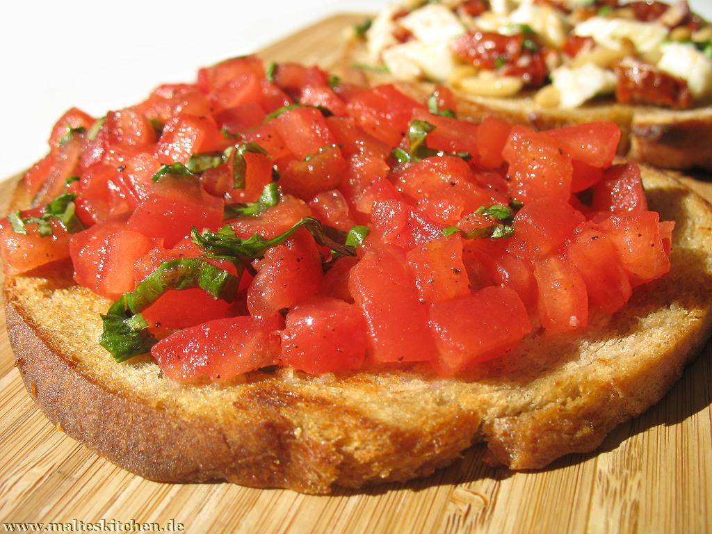Klassisches Bruschetta mit Knoblauch, Tomaten und Basilikum.