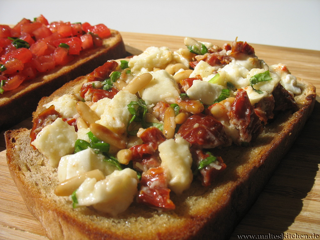 Die Bruschetta Variante mit Mozzarella und getrockneten Tomaten