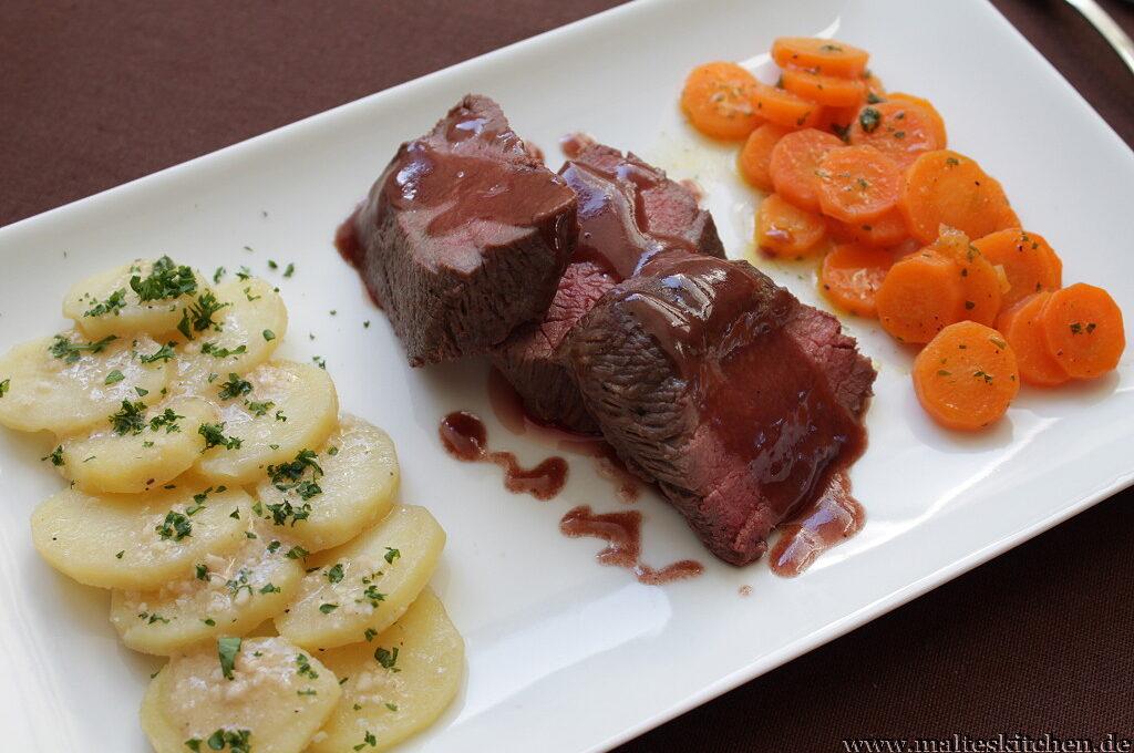 Lammfilet mit Rotwein-Butter-Sauce an Knoblauch-Kartoffeln mit Möhrengemüse