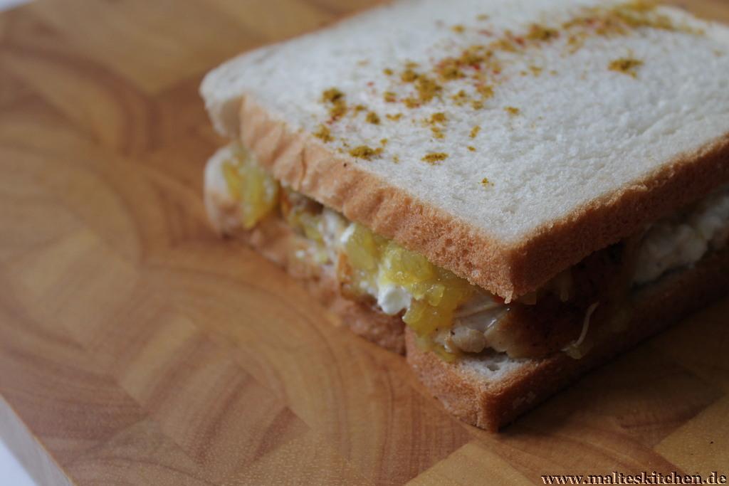 Süß und sauer, dazu schön cremig - so schmeckt das Sandwich mit Hähnchenbrust, Hüttenkäse und Apfel-Chutney