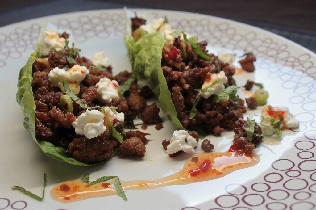 Knackiger Salat, gefüllt mit Hackfleisch und süß-sauer Sauce.