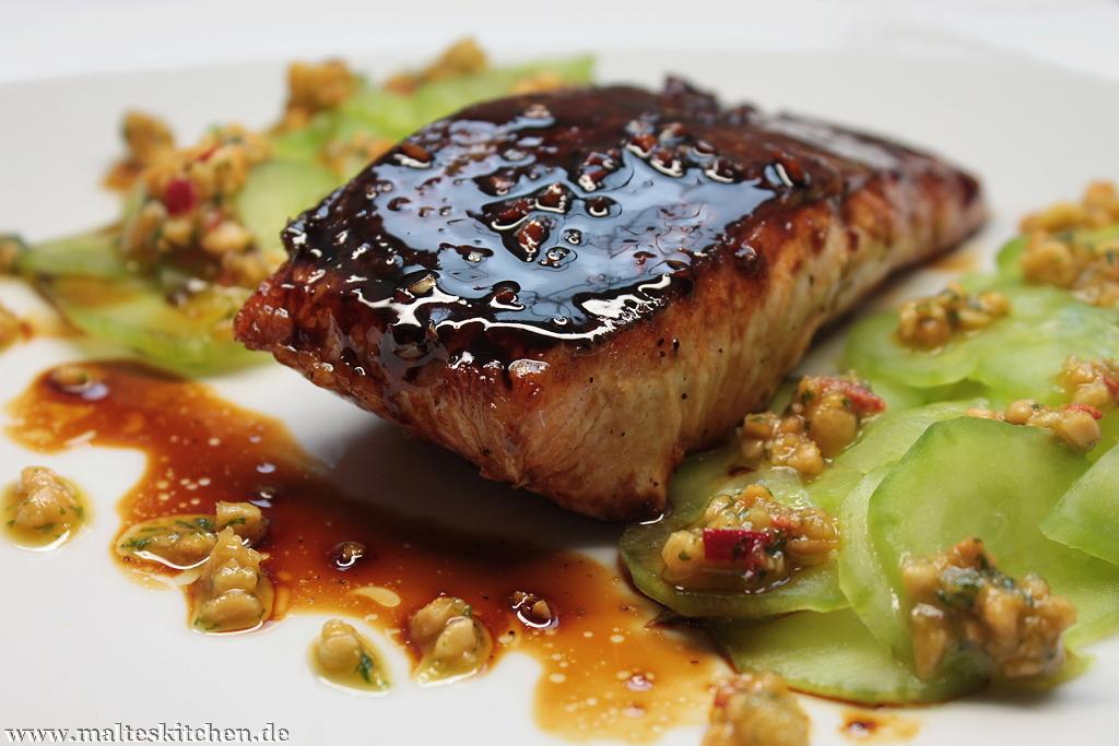 Der honigglasierte Lachs mit Gurkensalat und Erdnuss-Pesto