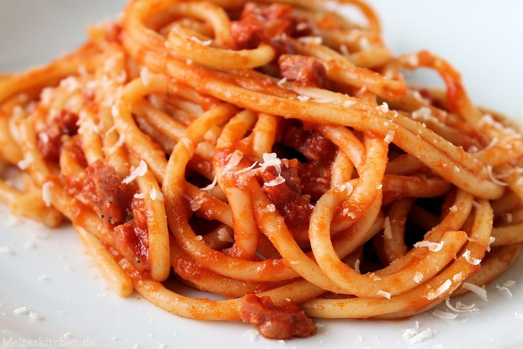 Bucatini all amatriciana mit Salsiccia
