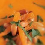 Möhrensuppe mit Aprikosen und Pinienkernen