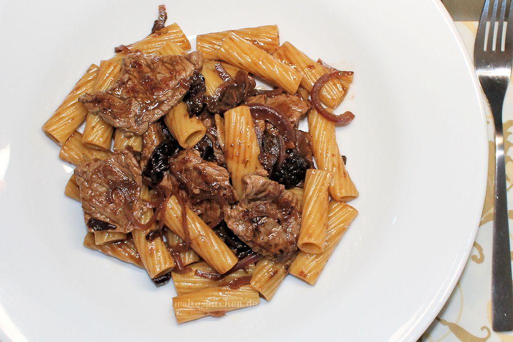 Rigatoni mit Rinderfiletstreifen und Rotweinsauce
