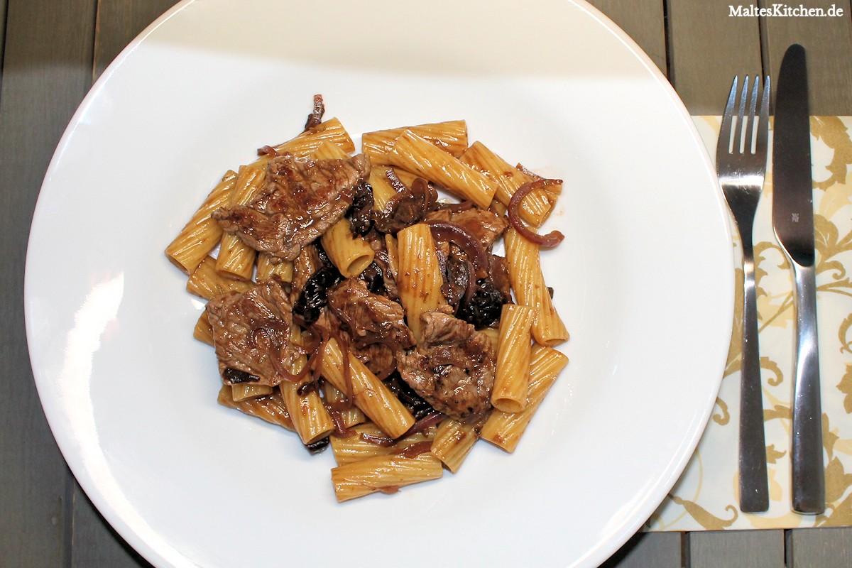 Rigatoni mit Rinderfiletstreifen und Rotwein-Pflaumensauce