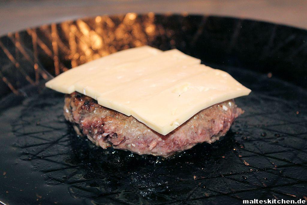 Der Burger brutzelt in der Pfanne