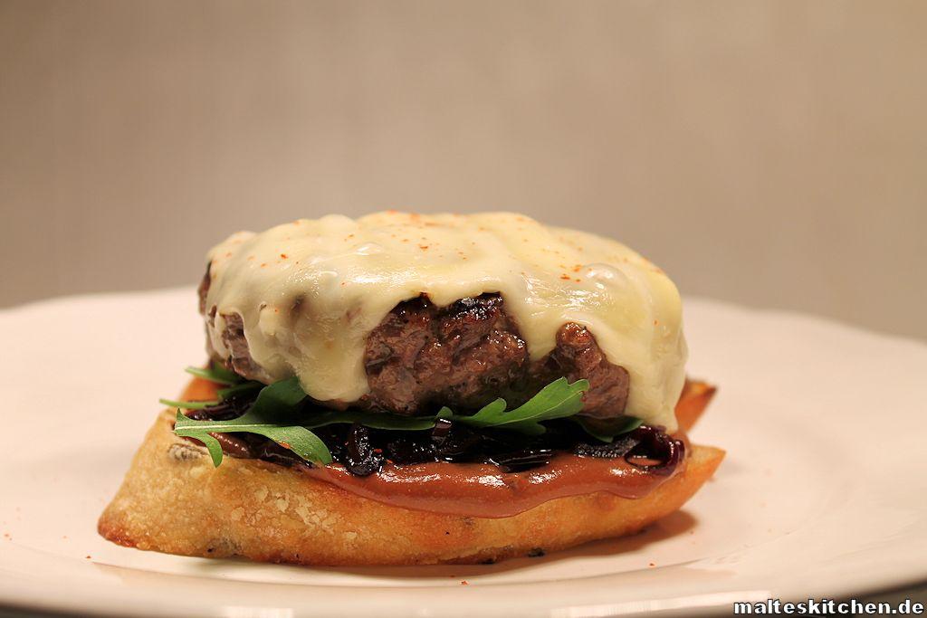 Rindfleischburger mit Camembert und Zwiebelconfit