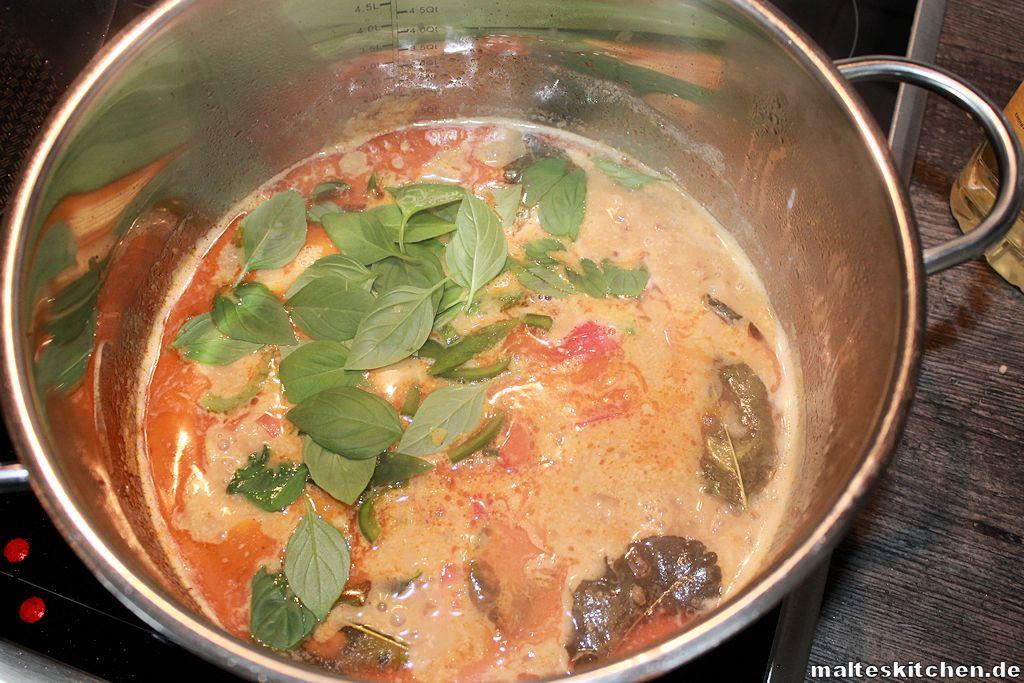Das Curry köchelt langsam vor sich hin.