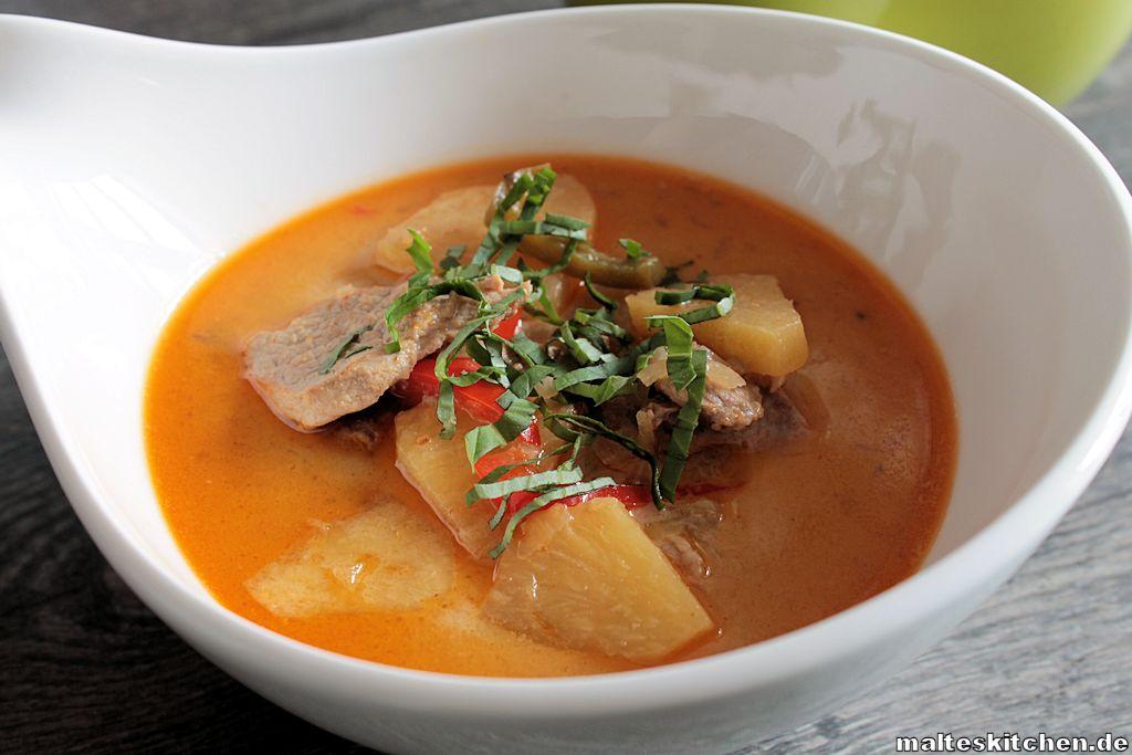 Das rote Curry mit Schweinefleisch schmeckt sehr aromatisch.