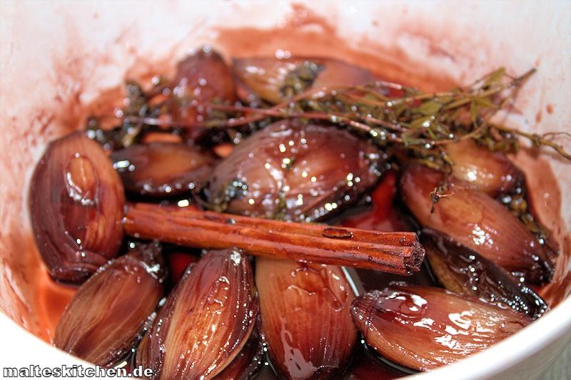Die Schalotten werden in Rotwein udn Portwein eingekocht.