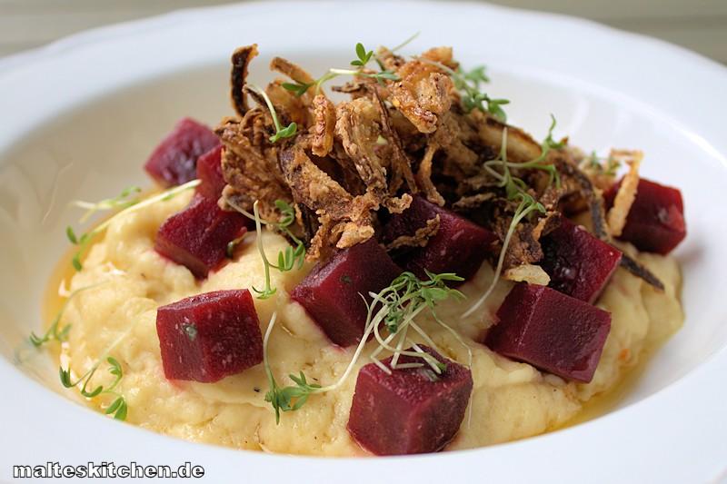 Schmackhaftes Sellerie-Püree mit Rote Bete Salat und Röstzwiebeln