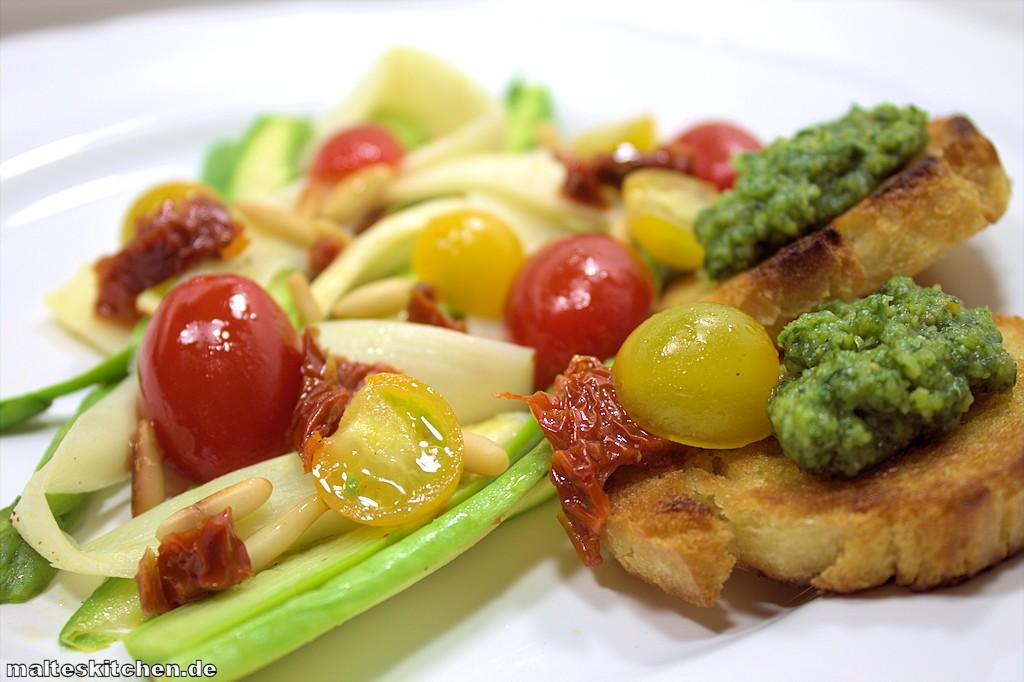 Der Spargelsalat mit Kirschtomaten, Pesto, Pinienkernen