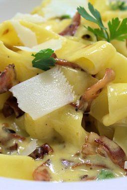 Eine sehr cremige Sauce machen die Carbonara so besonders.