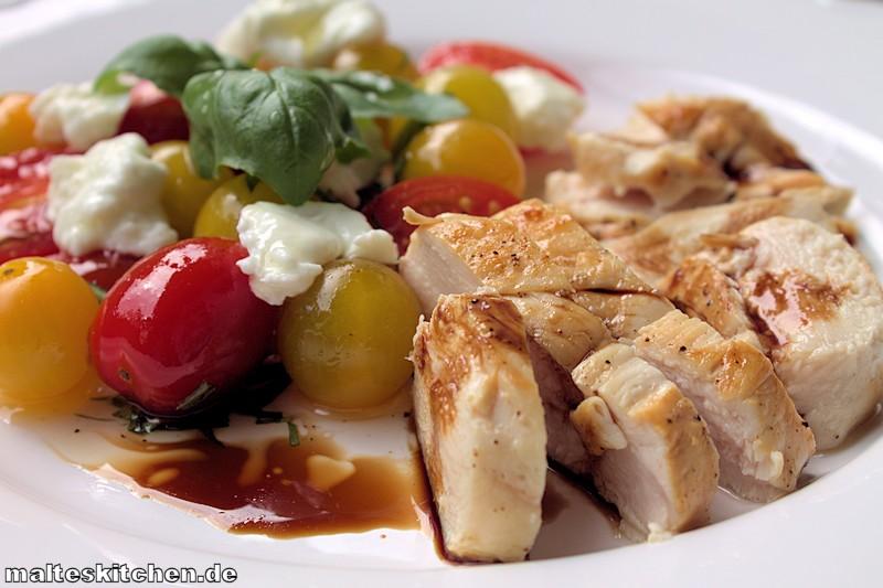 Leckerer Tomatensalat mit Hühnchen