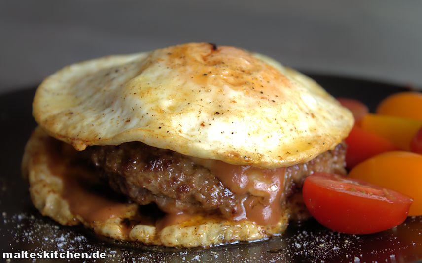 Rinderhack Burger zwischen 2 Spiegeleiern