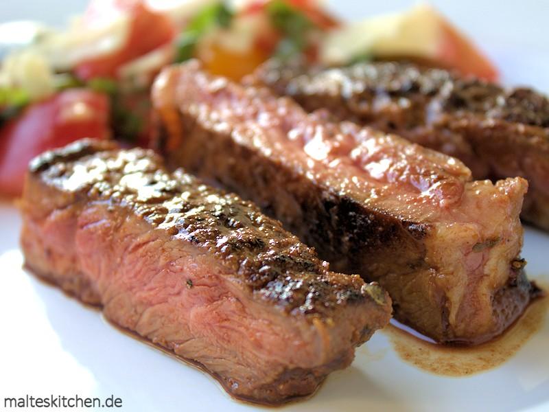 Saftiges Club Steak mit Tomatensalat