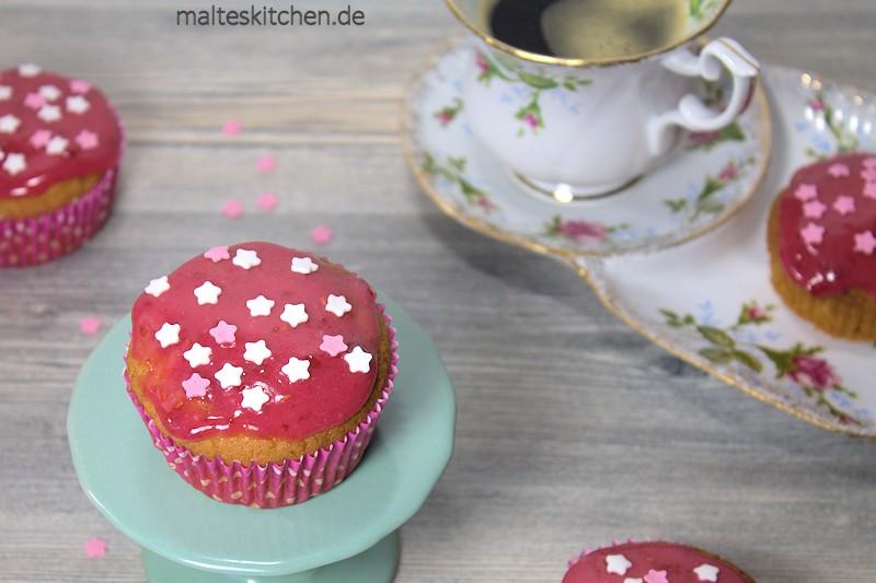 Superleckere Erdnussbutter-Muffins mit Himbeer-Kirsch-Glasur.