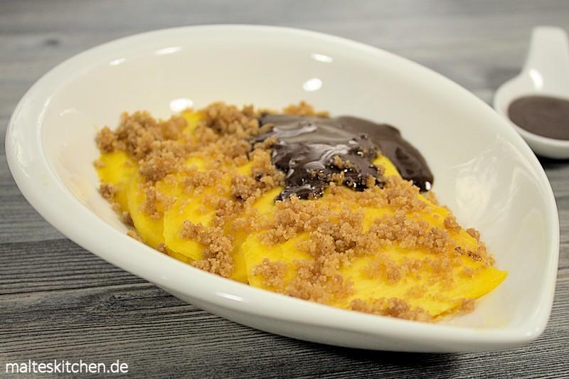 Mango Butterstreusel, Schokoladensauce - was will man mehr.