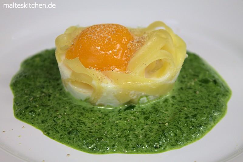 Rahmspinat mit Ei und Nudelnest