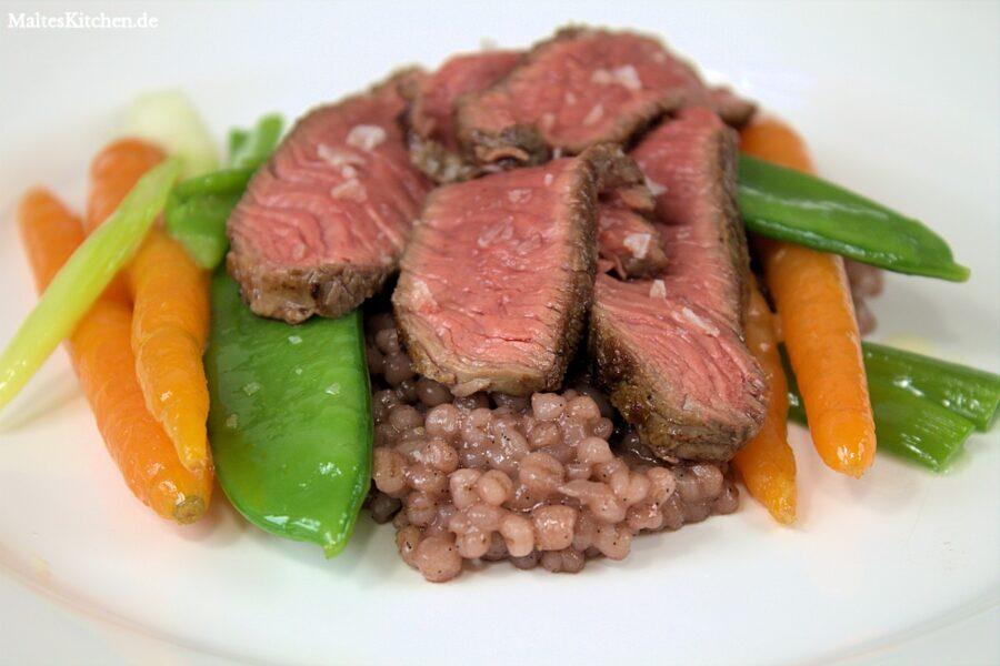 Rezept für Rindersteak an Rotwein-Vanille-Graupen und glasiertem Gemüse