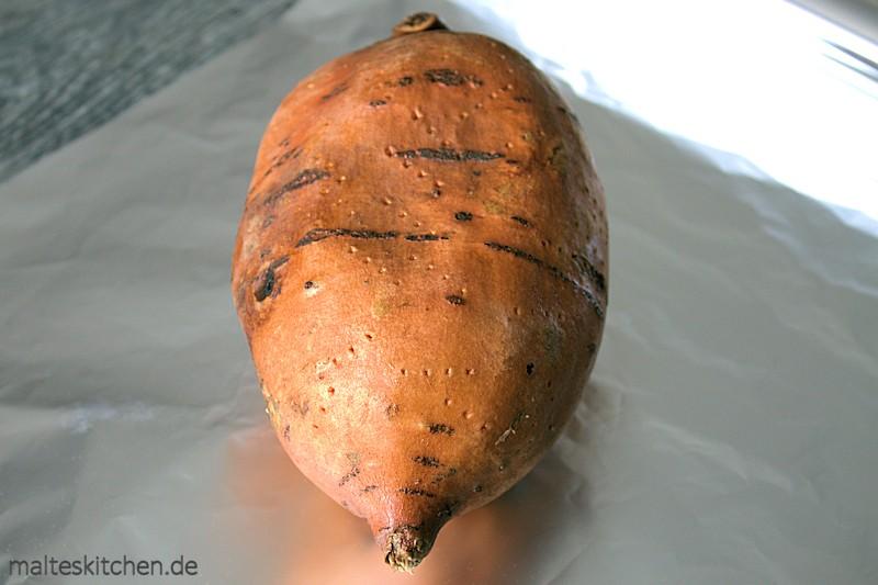 Die Kartoffel mehrmals einstechen, damit sie beim Backen im Ofen nicht aufplatzt.