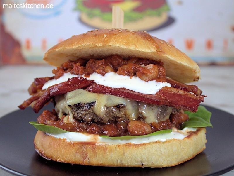 Ein saftiger Rindfelischburger mit gebackenen Bohnen und Speck