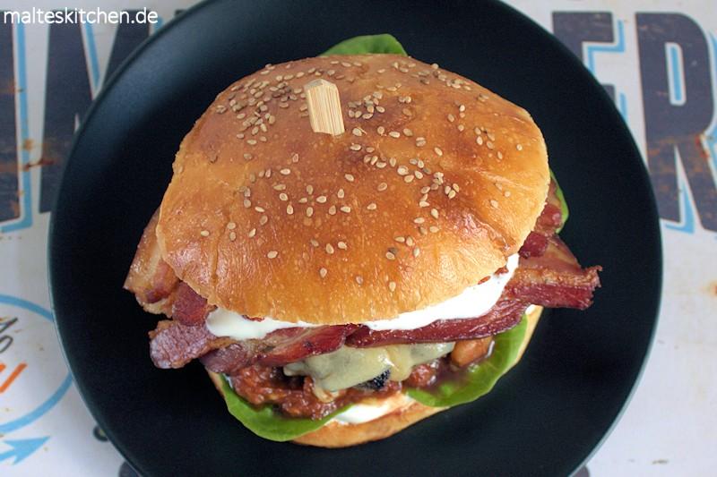 Mein Burger mit gebackenen Bohnen, Speck und Zitronenschmand