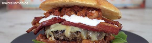 Burger mit Bohnen und Speck