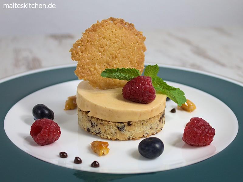 Karamellparfait auf Erdnuss-Schokoladenboden mit Karamell-Erdnuss-Hippen