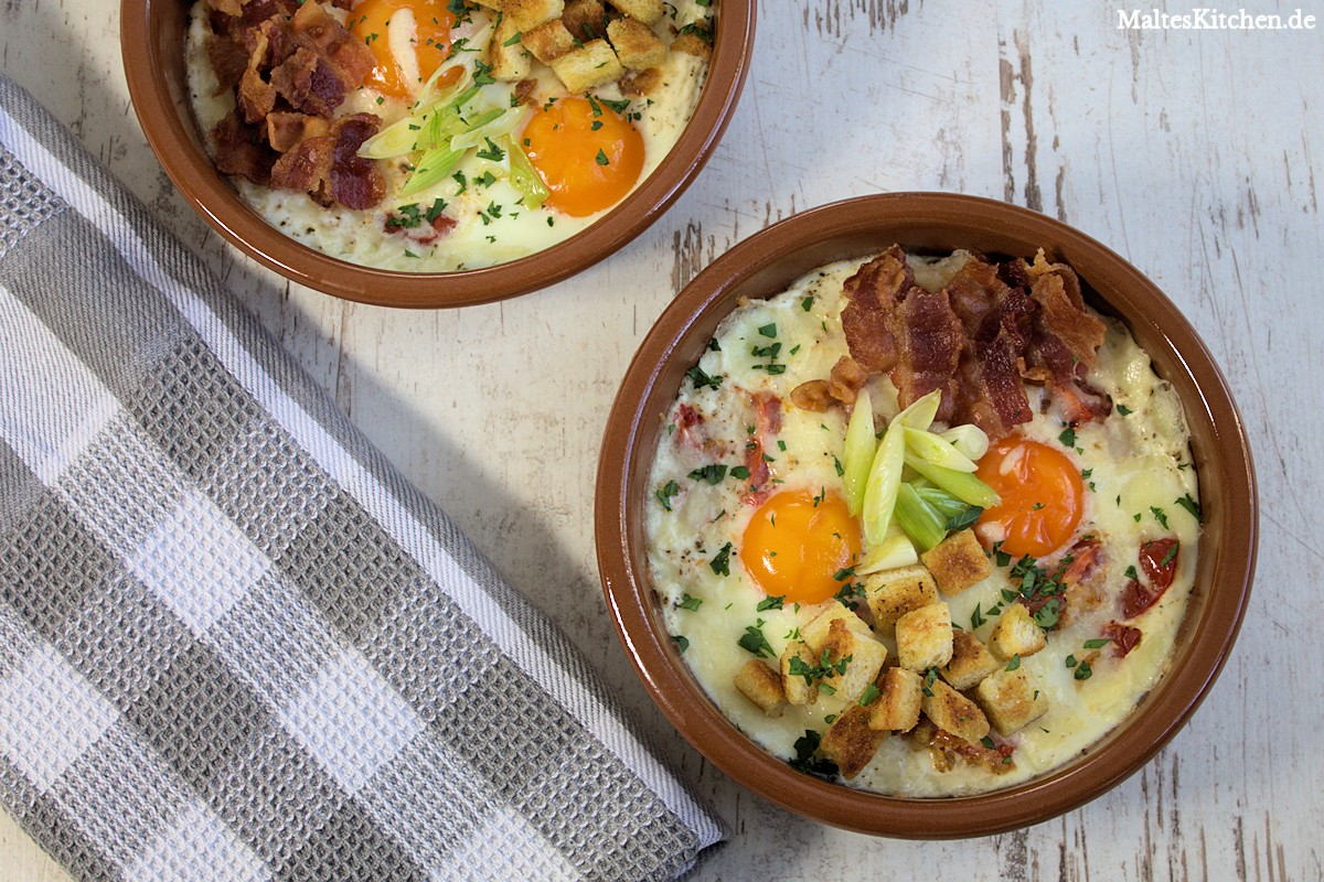 Gebackene Eier mit Speck, Tomaten und Frühlingszwiebeln