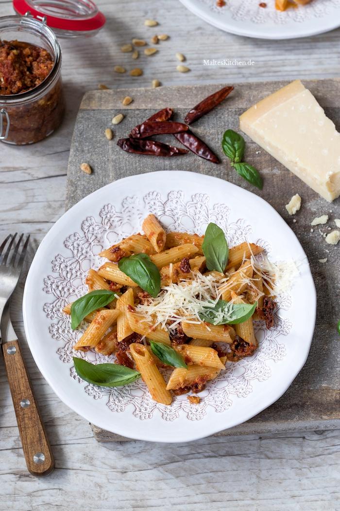 Penni mit Pesto Rosso und Basilikum