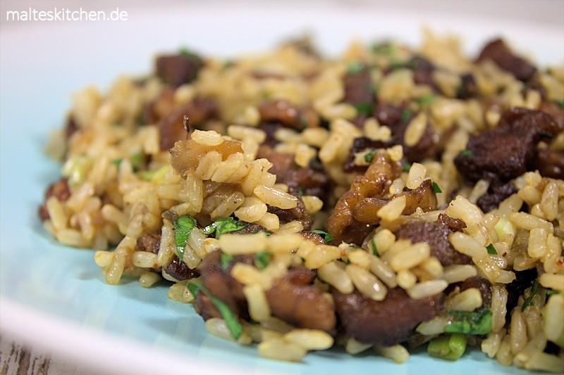 Ein fruchtiger Reissalat mit knusprigem Schweinebauch