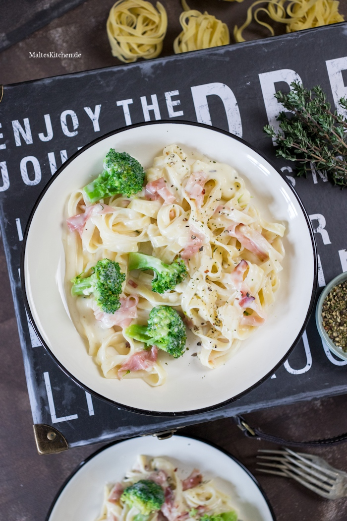 Tagliatelle mit Schinken und Brokkoli in Käsesauce