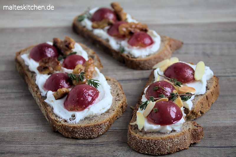 Geröstetes Brot mit Ziegenfrischkäse und Weintrauben